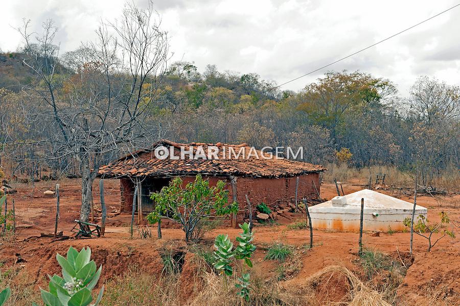 Casa de taipa com cisterna em Catunda. Ceara. 2014.Foto de Candido Neto.