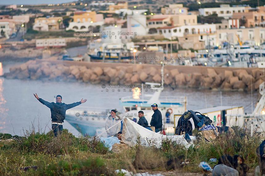 Centinaia di Tunisini sono stati costretti a vivere in condizioni pietose dopo essere sbarcati in massa nell'isola di Lampedusa. Hundreds of Tunisian immigrants were forced to sleep every where in the tiny island as the immigration centre was completely full.