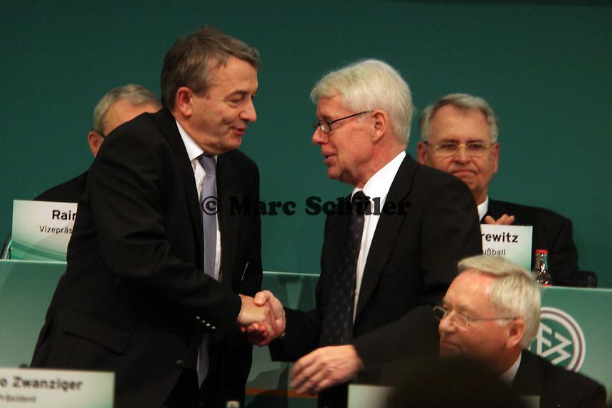 DFB-Präsidenten Wolfgang Niersbach nimmt die Wahl an und freut sich über die Gratulation von DFL-Ligapräsident Reinhard Rauball