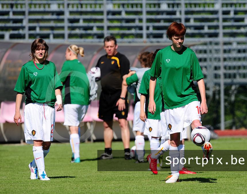 European Women's Under - 19 Championship 2011 Italy :.Switzerland - Belgium U19 : Jolien Nuytten aan de bal . Stephanie Ninclaus kijkt toe (links).foto DAVID CATRY / VROUWENTEAM.BE