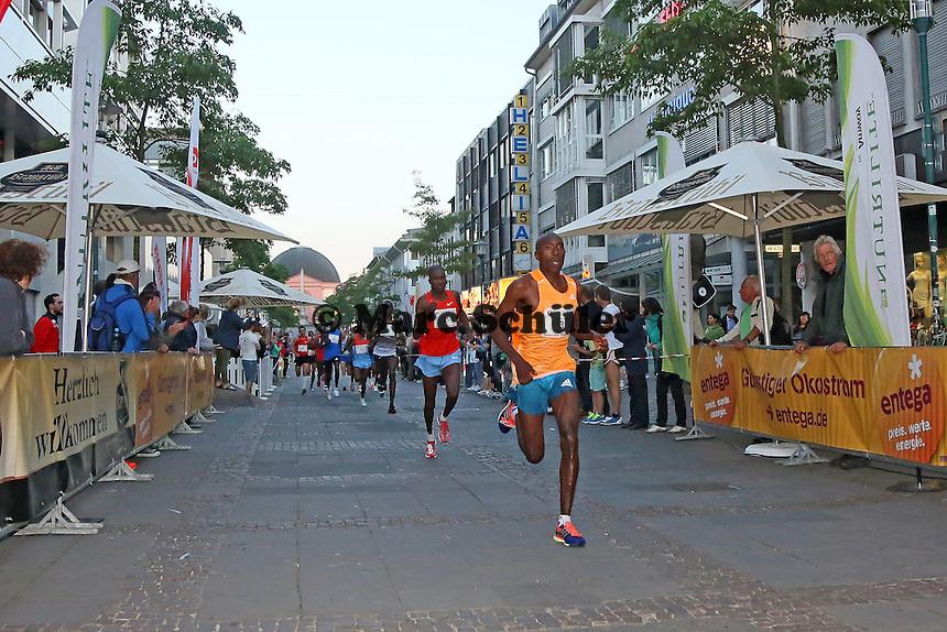 Läuferfeld des Ramada Grand-Prix Men kommt die Wilhelminenstraße herunter, Charles Wachira Maina (Kenia) führt von Beginn an