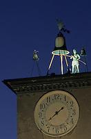 Europe/Italie/Ombrie/Orvieto : Sur la place du Dôme, l'automate horloge réputé du beffroi à la tombée de la nuit