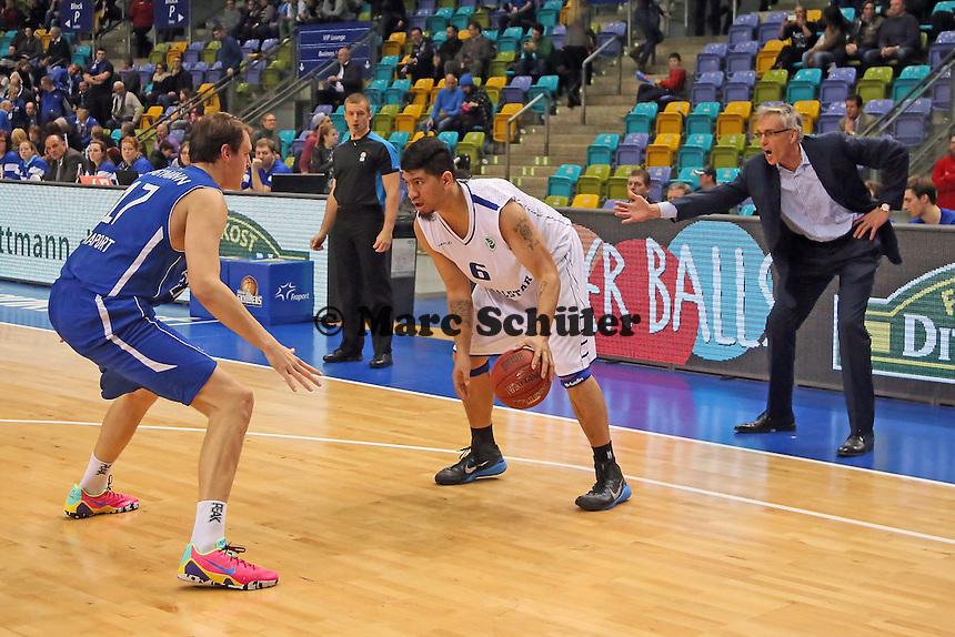Johannes Voigtmann (SKyliners) gegen Ioana Tofi (Aalstar), dahinter regt sich Gordon Herbert (Skyliners) auf - Fraport Skyliners vs. Okapi Aalstar, Fraport Arena Frankfurt
