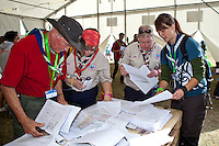 Maps and other useful printed information is available at the check-in-point. Photo: Kim Rask/Scouterna