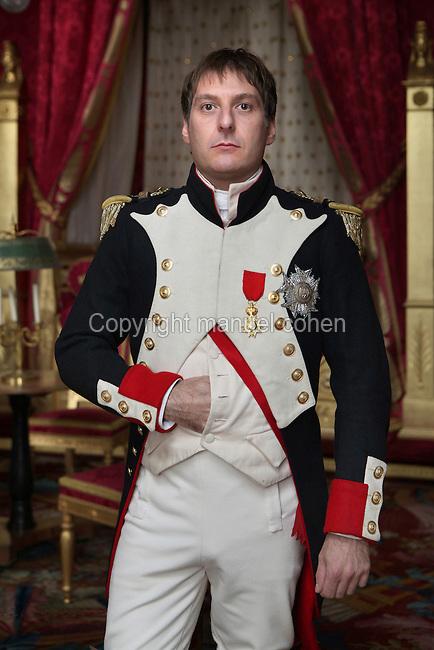 """Pascal Tantot, dans le role de Napoleon, sur le tournage du film """"Paris, la ville a remonter le temps"""", scenario Carlo de Boutiny et Alain Zenou, realisation Xavier Lefebvre, production GEDEON PROGRAMMES."""