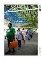 Vila São João Batista, no igarapé do Macaco, local do III Encontrão.<br /> <br /> Com a criação da Convenção sobre Diversidade Biológica - CDB -  tratado da Organização das Nações Unidas,  e a ratificação do protocolo de Nagoia em  2010,   se inicia um processo de organização para os  Povos e Comunidades Tradicionais em  busca de maior  qualidade de vida não apenas na Amazônia, mas em todo  mundo. <br /> <br /> Assim, em dezembro de 2013 a Rede Grupo de Trabalho Amazônico – GTA, em parceria com a Regional GTA/Amapá, o Conselho Comunitário do Bailique, Colônia de Pescadores Z-5, IEF, CGEN/DPG/SBF/MMA, juntamente com 36 comunidades do Arquipélago do Bailique, inicia o processo de criação do primeiro protocolo comunitário na Amazônia, instrumento que regula relações comerciais amparado por leis ambientais, estabelecendo o mercado justo, proteção da biodversidade,  entre outros . <br /> <br /> Desta forma, após dezenas de encontros, debates e oficinas,  as Comunidades Tradicionais do Bailique, articuladas pelo GTA,  se reuniram durante os dias 26, 27 e 28 de fevereiro, onde os moradores, em assembléia geral ordinária, definiram sua personalidade jurídica   criando uma associação para atuação comercial, votando seu estatuto e estabelecendo os diversos grupos de trabalho necessários para a gestão do Protocolo Comunitário.<br /> <br /> O encontro na comunidade São João Batista no furo do macaco(igarapé que dá acesso a vila), foz do Amazonas, recebeu cerca de 100 lideranças de 28 comunidades  nestes dias , que chegavam de barcos e canoas acompanhados por suas famílias<br /> <br /> Durante o debate,  representantes  do Ministério do Meio Ambiente, Ministério Público Federal, Fundação Getúlio Vargas, Embrapa e Conab esclareciam dúvidas e indicavam caminhos para fortalecer o primeiro protocolo comunitário na Amazônia.<br /> Arquipélago do Bailique, Vila São João Batista, Macapá, Amapá, Brasil.<br /> Foto Paulo Santos<br /> 27/02/2015