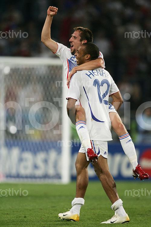 Fussball WM 2006 Achtelfinale  Spanien - Frankreich JUBEL nach dem Schlusspfiff ; Thierry HENRY (FRA,re) und Frank RIBERY (FRA,li)