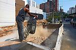 Descarte em caçamba de entulho de obra, bairro Perdizes, Sao Paulo. Brasil. 2017. Foto de Juca Martins.