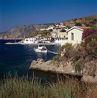 Greece, Cephalonia (Ionian island), Assos: village next to peninsula Erisos, harbour | Griechenland, Kefalonia (Ionische Insel), Assos: Ortschaft am Rand der Halbinsel Erisos, Hafen