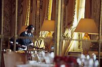 """Europe/France/75/Paris: Hotel """"Meurice """" 228 rue de Rivoli les femmes de ménage s'activent dans la salle du restaurant style Louis XVI [Non destiné à un usage publicitaire - Not intended for an advertising use]"""