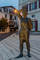 "France, Aquitaine, Pyrénées-Atlantiques, Pays Basque, Biarritz : Bronze de ""la femme basque""   élevé sur la placette Etienne Ardoin, réalisée par Francisco Leiro//  France, Pyrenees Atlantiques, Basque Country, Biarritz: Basque  women, statue by Francisco Leiro"