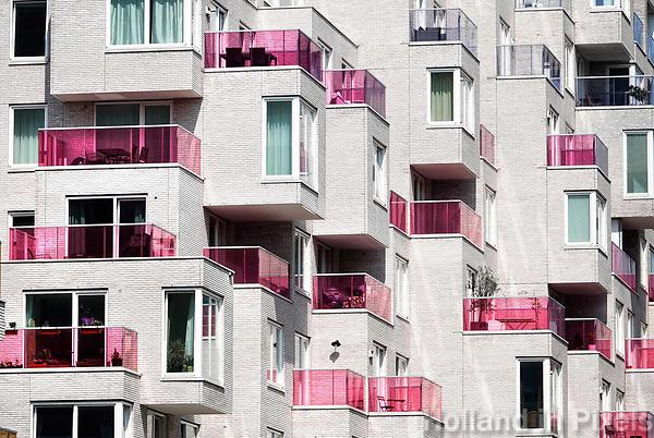Nederland Amsterdam mei 2018. Nieuwbouw aan de Zuidas. Het Summertime appartementencomplex. Appartementen met gekleurde balkonhekken. Vrije sector huurwoningenl in het middeldure segment. De toegepaste duurzaamheidsmaatregelen in Summertime zijn onder andere stadsverwarming, zonnepanelen voor opwekking van duurzame energie en HR++ beglazing. Daarnaast is er een groendak. Foto Berlinda van Dam / Hollandse hoogte