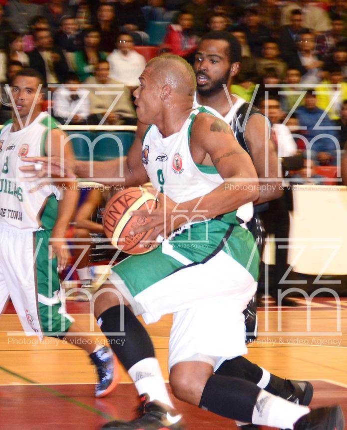 TUNJA - COLOMBIA: 03-05-2013: Yader Fernandez (Der)  jugador de Las Aguilas de Tunja, disputan el balón con Edgar Arteaga (Izq) de Piratas de de Bogota, durante partido en el coliseo Alvaro Sanchez Diaz en la ciudad de Tunja, mayo 03  de 2013. Aguilas de Tunja y Piratas de Bogota en partido de la novena fecha de la fase II de  la Liga Directv Profesional de baloncesto (Foto: VizzorImage / Jose Palencia / Str). Yader Fernandez (R) player de Las Aguilas de Tunja fights for the ball with Edgar Arteaga (L) of Piratas from Bogota, during a match in the Alvaro Sanchez Diaz Coliseum in Tunja city, May 03, 2013. Aguilas from Tunja y Piratas from Bogota in the match for the 9 date of the fase II in the Directv Professional League basketball. (Photo: VizzorImage / Jose Palencia/ Str). .