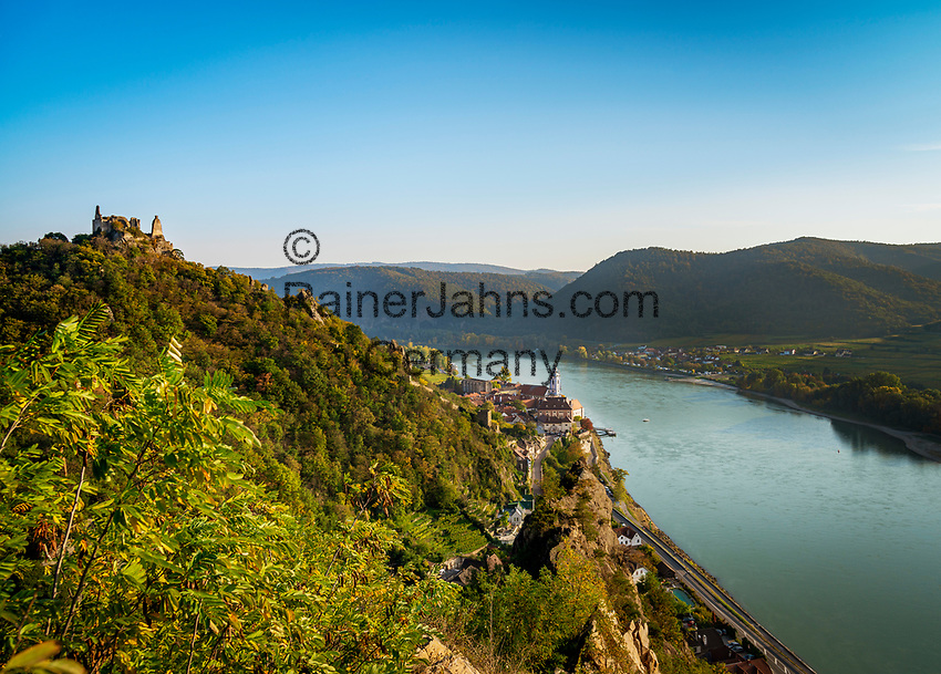 Oesterreich, Niederoesterreich, Kulturlandschaft Wachau - UNESCO Weltkultur- und Naturerbe, Duernstein: Blick vom Vogelbergsteig auf den Weinort Duernstein mit dem blau-weissen Turm der Stiftskirche, weiter nach Rossatzbach am rechten Donauufer | Austria, Lower Austria, Wachau Cultural Landscape - UNESCO World's Cultural and Natural Heritage, Duernstein: view from Vogelbergsteig towards wine town Duernstein with the blue-white tower of the Collegiate church across river Danube towards wine village Rossatzbach