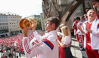 FUSSBALL  DFB POKAL FINALE  SAISON 2013/2014  18.05.2014 Der FC Bayern Muenchen feiert auf dem Rathausbalkon am Muenchner Marienplatz, Thomas Mueller (li) mit DFB Pokal und Bastian Schweinsteiger (re)