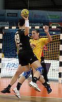 """1. Bundesliga Handball Damen - Frauen Handball BL DHB - Arena Leipzig - HC Leipzig : TSV Bayer 04 Leverkusen """"Handballelfen"""" - im Bild: Ania Rösler (HCL) , Angreiferin Anne Jochin (Bayer)  . Foto: Norman Rembarz..Norman Rembarz , Autorennummer 41043728 , Augustenstrt. 2, 04317 Leipzig, Tel.: 01794887569, Hypovereinsbank: BLZ: 86020086, KN: 357889472, St.Nr.: 231/261/06432 - Jegliche kommerzielle Nutzung ist honorar- und mehrwertsteuerpflichtig! Persönlichkeitsrechte sind zu wahren. Es wird keine Haftung übernommen bei Verletzung von Rechten Dritter. Autoren-Nennung gem. §13 UrhGes. wird verlangt. Weitergabe an Dritte nur nach  vorheriger Absprache.."""