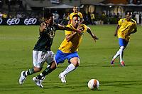 ATENÇÃO EDITOR: FOTO EMBARGADA PARA VEÍCULOS INTERNACIONAIS - SÃO PAULO, SP, 11 DE DEZEMBRO DE 2012 - JOGO DE DESPEDIDA DO GOLEIRO MARCOS - Junior (e) e Ronaldo (c) durante partida de despedida do goleiro Marcos, entre o time do Palmeiras de 1999 Campeão da Libertadores contra a Seleção Brasileira de 2002 Campeã do Mundo. A partida foi disputada na noite desta terça feira (11) no Estádio do Pacaembu em São Paulo. FOTO: LEVI BIANCO - BRAZIL PHOTO PRESS