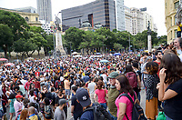 RIO DE JANEIRO, RJ, 14.10.2018 - PROTESTO-RJ - Placas com o nome de Marielle Franco são distribuídas durante ato na Cinelândia , Rio de Janeiro (RJ), neste domingo (14),   (Foto: Vanessa Ataliba/Brazil Photo Press)