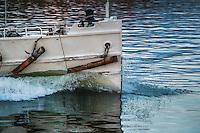 Fartygsstäv på gammal ångbåt klyver lugnt blankt vatten