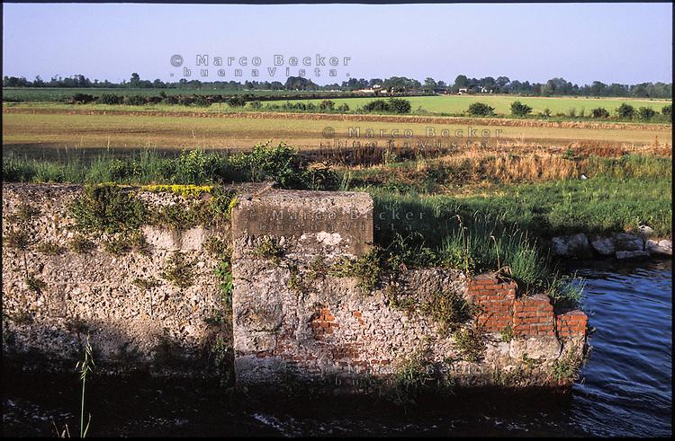 Ozzero (Milano), Naviglio di Bereguardo. Muro di una conca --- Ozzero (Milan), canal Naviglio di Bereguardo. Wall of a pound