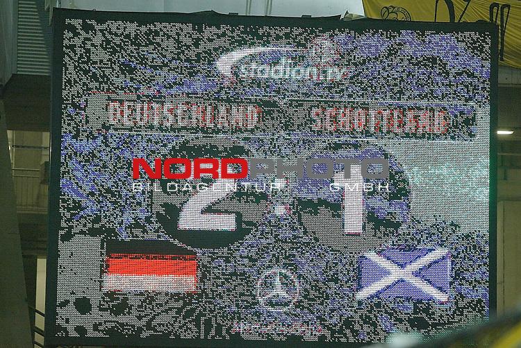 Laenderspiel EM 2004 Qualifikation<br /> Deutschland vs. Schottland 2:1<br /> <br /> Endstand - Tafel zum 2:1<br /> Foto &copy; nordphoto <br />  *** Local Caption *** Foto ist honorarpflichtig! zzgl. gesetzl. MwSt.<br />  Belegexemplar erforderlich<br /> Adresse: nordphoto<br /> Georg-Reinke-Strasse 1<br /> 49377 Vechta
