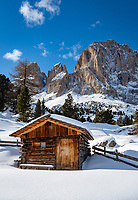 Italy, South Tyrol (Trentino - Alto Adige), Dolomites, near Selva di Val Gardena: hut and Sasso Lungo mountain at Sella Pass Road | Italien, Suedtirol (Trentino - Alto Adige), oberhalb von Wolkenstein in Groeden: Huette vorm Langkofel an der Sella-Joch-Passstrasse