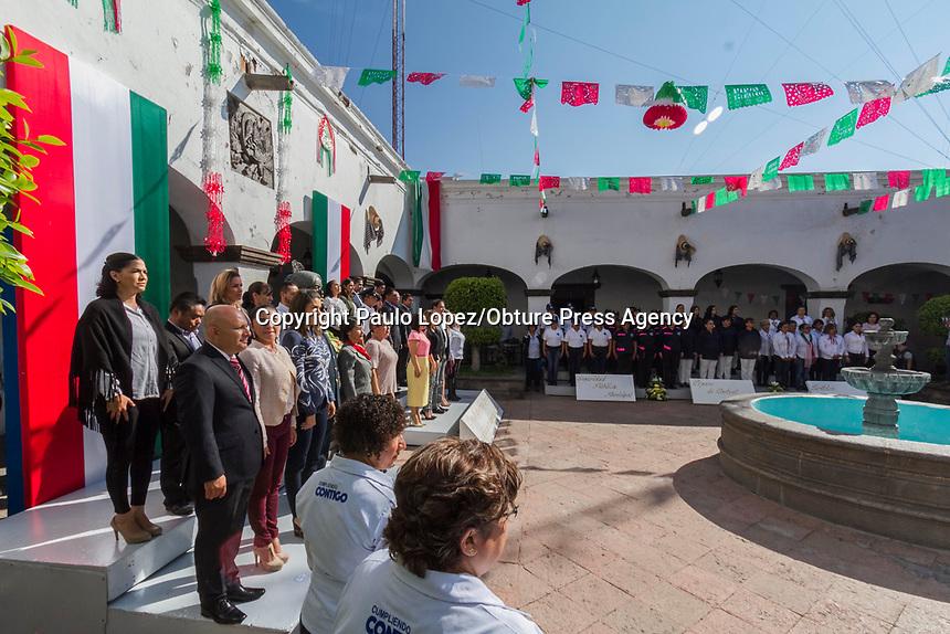 SAN JUAN DEL RIO.,Qro. 14 de septiembre del 2017.- esta mañana el Presidente Municipal Guillermo Vega Guerrero y su esposa Male Ruíz Presidenta del DIF municipal, en compañía de los regidores del ayuntamiento realizaron una guardia de honore enfrente del busto de la corregidora de Querétaro Josefa Ortíz de Dominguez.