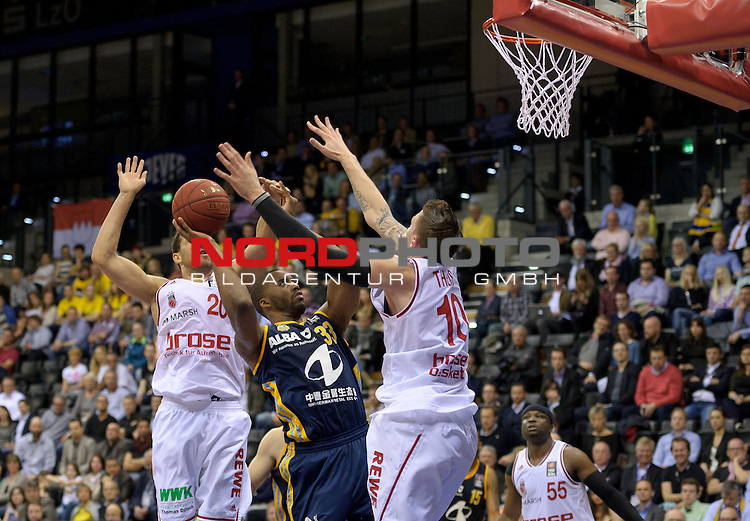 11.04.2015, EWE Arena, Oldenburg, GER, Beko BBL Top Four, Halbfinale, Brose Baskets vs ALBA BERLIN, im Bild Elias Harris (Brose Baskets #20), Jamel McLean (Berlin #33), Daniel Theis (Brose Baskets #10)<br /> <br /> Foto &copy; nordphoto / Frisch