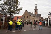 DRONRIJP - Een lekkende vrachtauto met salpeterzuur bij de zuivelfabriek van Friesland Campina veroorzaakte een grote gifwolk salpeterzuur in de lucht. Er werd groot alarm gegeven. Polite, brandweer en ambulances kwamen in grote getale ter plaatse. Het dorp Dronrijp werd tijdelijk geheel afgesloten. Enkele personen met ademhalingsproblemen werden voor onderzoek naar het ziekenhuis MCL in Leeuwaren gebracht. Een sloot naast het terrein bleek eveneens te zijn verontreinigd met salpeterzuur. Hierdoor ontstond vissterfte. Brandweer en Wetterskip Fryslân  verdunden met doorspoeling de concentratie salpeterzuur in het water. Behalve dode en versufte karpers en witvisjes werd ook een dode zonnebaars in de vervuilde sloot aangetroffen.