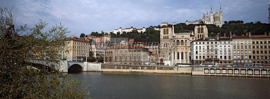 Europe/France/Rhône-Alpes/69/Rhône/Lyon: Quai de Saône - L'église primatiale Saint-Jean (Gothique) et la basilique Notre-Dame-de-Fourvière (1896 Gothico-byzantine)
