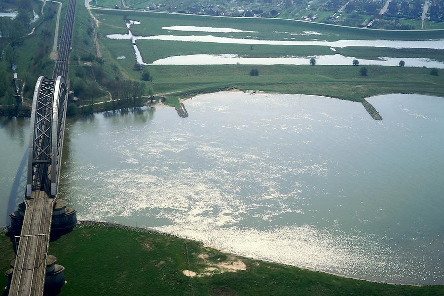 Nederland, Gelderland, Culemborg, 04-04-2002; spoorbrug Culemborg over rivier de Lek, de aangeslibte uiterwaarden van de Baarsemerwaard (rechtsboven) zijn uitgegraven on bij hoogwater te kunnen overstromen; de uiterwaard is ook (nieuw) natuurgebied; natuurbeheer, infrastructuur, landschap.<br /> luchtfoto (toeslag), aerial photo (additional fee)<br /> photo/foto Siebe Swart