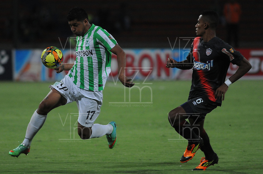MEDELLIN - COLOMBIA -05-04-2014: Jefferson Duque (Izq.) jugador de Atletico Nacional disputa el balón con William Tesillo (Der.) jugador de Atletico Junior durante partido Atletico Nacional y Atletico Junior por la fecha 15 de la Liga Postobon I 2014 en el estadio Atanasio Girardot de la ciudad de Medellin. / Jefferson Duque (L) player of Atletico Nacional fights for the ball William Tesillo (R) player of Atletico Junior during a match Atletico Nacional and Atletico Junior for the date 15th of the Liga Postobon I 2014 at the Atanasio Girardot stadium in Medellin city. Photo: VizzorImage  / Luis Rios / Str.