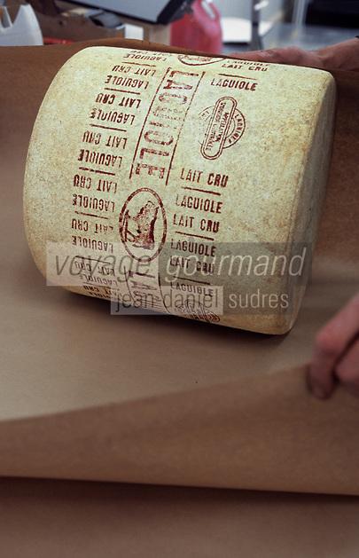 """Europe/France/Auvergne/12/Aveyron/Laguiole: Coopérative """"Jeune Montagne"""" - Emballage des meules du fromage AOC LAguiole"""