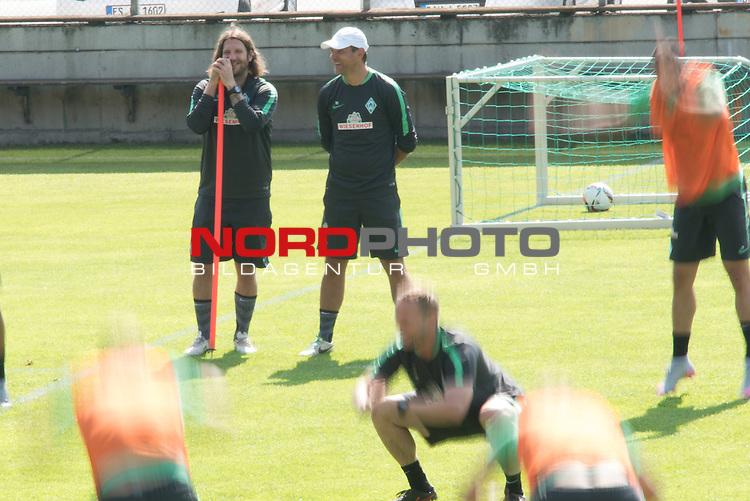 17.07.2015, Parkstadion, Zell am Ziller, AUT, TL Werder Bremen, Zell am Ziller, Zillertal 2015, <br /> <br /> im Bild<br /> <br /> 30 anstatt 100 &Uuml;bungen nach der R&uuml;ckkehr des Handis an J&ouml;rg / Joerg Heineke (Athletiktrainer Werder Bremen) <br /> Wischer<br /> Featre<br /> Viktor Skripnik (Trainer Werder Bremen) <br /> Torsten Frings (Co-Trainer Werder Bremen)<br /> <br /> Foto &copy; nordphoto / Kokenge