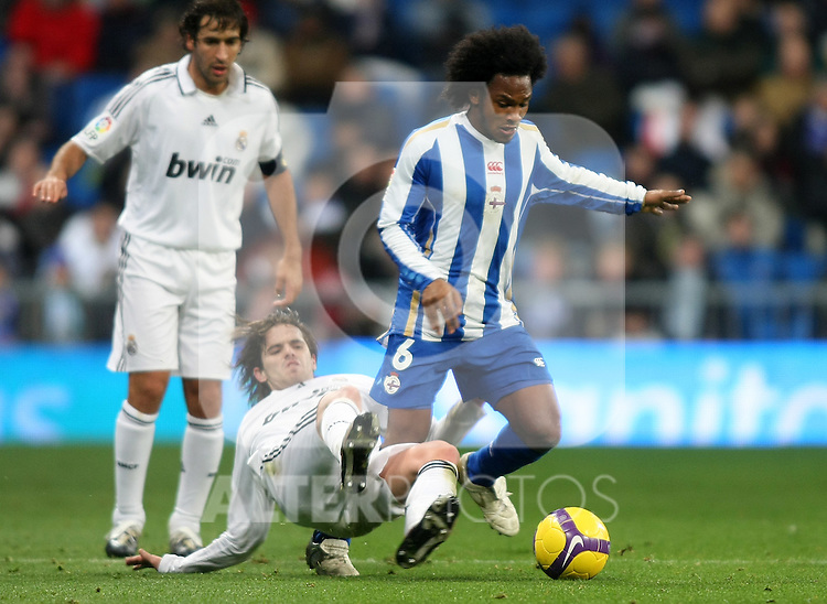 Real Madrid's Fernando Gago (l) and Deportivo de la Coruna's Julian De Guzman during La Liga match.January 25 2009. (ALTERPHOTOS/Acero).