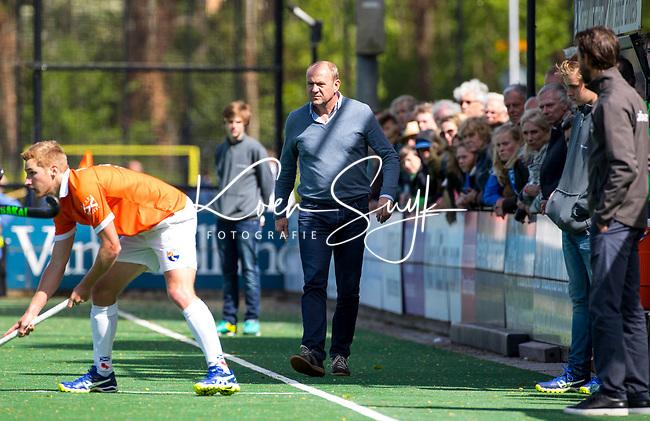 BLOEMENDAAL  -   coach Michel van den Heuvel (Bloemendaal) tijdens  de play offs heren hoofdklasse Bloemendaal-Kampong (0-2) . Kampong plaatst zich voor de finale.   COPYRIGHT KOEN SUYK