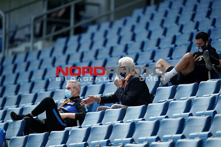 nph00250:  16.05.2020, PreZero-Arena, Sinsheim, GER, 1.FBL, TSG 1899 Hoffenheim vs Hertha BSC Berlin , <br /> <br /> Nur für journalistische Zwecke!<br /> <br /> Gemäß den Vorgaben der DFL Deutsche Fußball Liga ist es untersagt, in dem Stadion und/oder vom Spiel angefertigte Fotoaufnahmen in Form von Sequenzbildern und/oder videoähnlichen Fotostrecken zu verwerten bzw. verwerten zu lassen. <br /> <br /> Only for editorial use! <br /> <br /> DFL regulations prohibit any use of photographs as image sequences and/or quasi-video..<br /> im Bild<br /> Funktionsteam von Hertha BSC Berlin auf der Tribuene mit Mundschutz<br />  <br /> Foto: Thorsten Wagner/Witters/Pool//Verbreitung via Hasan Bratic/nordphoto