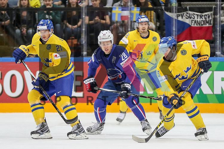 Frankreichs Raux, Damien (Nr.28) zwischen Schwedens Eriksson, Loui (Nr.21) und Schwedens Forsberg, Filip (Nr.9)  im Spiel IIHF WC15 Frankreich vs. Schweden.<br /> <br /> Foto &copy; P-I-X.org *** Foto ist honorarpflichtig! *** Auf Anfrage in hoeherer Qualitaet/Aufloesung. Belegexemplar erbeten. Veroeffentlichung ausschliesslich fuer journalistisch-publizistische Zwecke. For editorial use only.