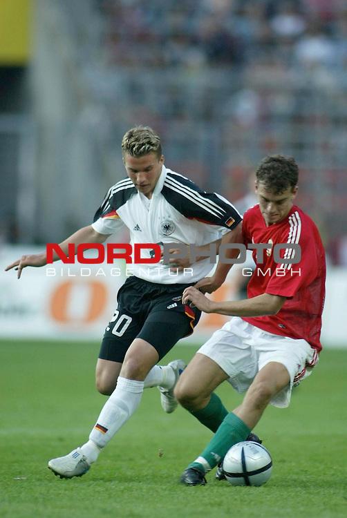Fussball Laenderspiel EM-Vorbereitung<br /> <br /> Deutschland vs. Ungarn <br /> <br /> Lukas Podolski und Roland Juhasz<br /> <br /> Foto &copy; nordphoto/Guenter Schroeder  *** Local Caption *** Foto ist honorarpflichtig! zzgl. gesetzl. MwSt<br /> <br /> Belegexemplar erforderlich<br /> <br /> Adresse: nordphoto<br /> <br /> Georg-Reinke-Strasse 1<br /> <br /> 49377 Vechta