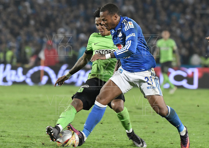 BOGOTA - COLOMBIA -27 -11-2016: Andres Escobar (Der) jugador de Millonarios disputa el balón con Arley Rodriguez (Izq) jugador de Atlético Nacional durante partido de ida por los cuartos de final de la Liga Aguila II 2016 jugado en el estadio Nemesio Camacho El Campin de la ciudad de Bogota./ Andres Escobar (R) player of Millonarios fights for the ball with Arley Rodriguez (L) player of Atletico Nacional during first leg match for the final quarters of the Liga Aguila II 2016 played at the Nemesio Camacho El Campin Stadium in Bogota city. Photo: VizzorImage / Gabriel Aponte / Staff.