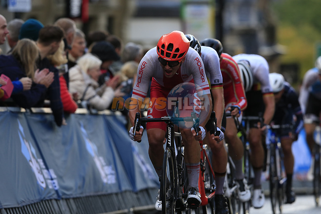 The 2nd group led by Szymon Sajnok (POL) climbs Parliment Street on the Harrogate circuit during the Men U23 Road Race of the UCI World Championships 2019 running 186.9km from Doncaster to Harrogate, England. 27th September 2019.<br /> Picture: Eoin Clarke   Cyclefile<br /> <br /> All photos usage must carry mandatory copyright credit (© Cyclefile   Eoin Clarke)