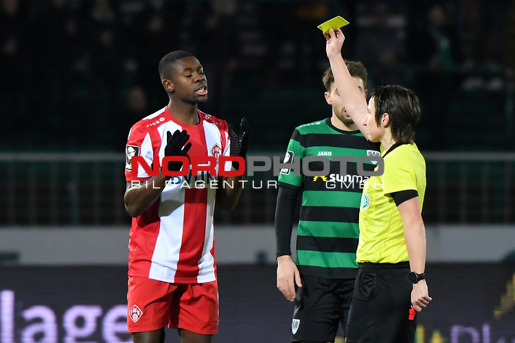 14.02.2020, Preußenstadion, Münster, GER, 3.FBL, SC Preussen Muenster vs. FC Wuerzburger Kickers, <br /> <br /> DFL REGULATIONS PROHIBIT ANY USE OF PHOTOGRAPHS AS IMAGE SEQUENCES AND/OR QUASI-VIDEO<br /> <br /> im Bild<br /> Leroy Kwadwo (FC Würzburger Kickers #5) sieht die Gelb / gelbe Karte von Schiedsrichterin Katrin Rafalski<br /> <br /> Foto © nordphoto / Paetzel