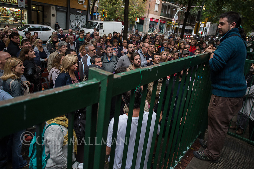 Catalan independence vote in Barcelona. The election goes ahead at a polling staion at the 'Ecole Barcelona' School despite the election being declared illegal by the government. 1-10-17 An election official addresses the crowd outside the polling station.