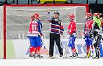 Solna 2014-03-15 Bandy SM-final Damer Kareby IS - AIK  :  <br /> domare H&aring;kan Sj&ouml;sten pekar mot ribban inf&ouml;r Kareby spelare sedan AIK:s Anna Widing gjort 3-1 via ribban<br /> (Foto: Kenta J&ouml;nsson) Nyckelord:  SM SM-final final dam damer Kareby AIK depp besviken besvikelse sorg ledsen deppig nedst&auml;md uppgiven sad disappointment disappointed dejected domare referee ref