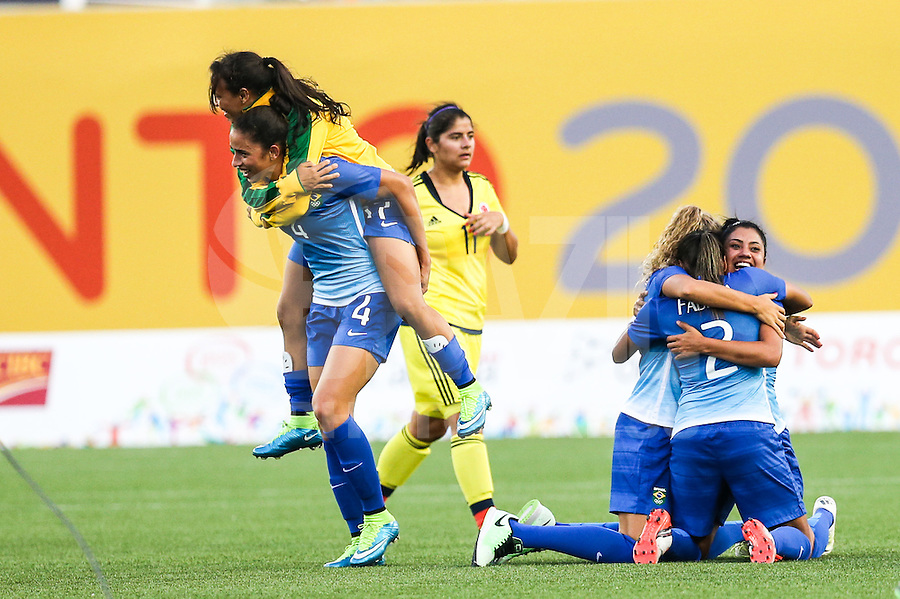 HAMILTON, CANADA, 25.07.2015 - PAN-FUTEBOL -  Jogadoras do Brasil comemora medalha de ouro após ganhar de 4 a 0 da Colombia em partida da final do futebol feminino nos jogos Pan-americanos no Estadio Tim Hortons em Hamilton no Canadá neste sábado, 25.  (Foto: William Volcov/Brazil Photo Press)