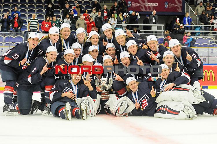 04.04.2015, Malm&ouml; Ishall, Malm&ouml; , SWE, IIHF Eishockey Frauen WM 2015, USA vs Canada (CAN), im Bild, Finale, Team USA gewinnt die Frauen Eishockey WM in Malm&ouml;, Teamfoto<br /> <br /> ***** Attention nur f&uuml;r redaktionelle Berichterstattung *****<br /> <br /> Foto &copy; nordphoto / Hafner