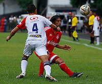 BUGA -COLOMBIA-14-03-2015. Ernesto Farias (Der) de America disputa el balón con Cristian Peña (Izq) de Popayan durante el encuentro entre América de Cali y Universitario de Popayán por la fecha 5 del Torneo Aguila 2015 jugado en el estadio Hernando Azcarate de la ciudad de Buga./ Ernesto Farias (R) of America vies for the ball with Cristian Peña (L) of Popayan during the match between America de Cali and Universitario de Popayan for the 5th date of Aguila Tournament 2015  played at Hernando Azcarate stadium in Buga city. Photo: VizzorImage/Juan C. Quintero/STR
