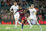 FC Barcelona's Dani Alves (c) and Real Madrid's Karim Benzema (l) and Toni Kroos during La Liga match. April 2,2016. (ALTERPHOTOS/Acero)