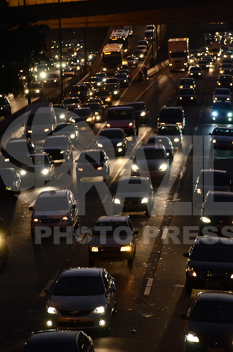 SAO PAULO, 26 DE JUNHO DE 2012 - TRANSITO SP - Transito na Marginal do Tiete, sentido centro, altura do Shoppin D, no fim da tarde desta terca feira, regiao norte da capital. FOTO: ALEXANDRE MOREIRA - BRAZIL PHOTO PRESS