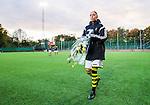 Solna 2015-10-11 Fotboll Damallsvenskan AIK - FC Roseng&aring;rd :  <br /> AIK:s Petra Andersson med en blomsterbukett ser nedst&auml;md ut efter matchen mellan AIK och FC Roseng&aring;rd <br /> (Foto: Kenta J&ouml;nsson) Nyckelord:  Damallsvenskan Allsvenskan Dam Damer Damfotboll Skytteholm Skytteholms IP AIK Gnaget  FC Roseng&aring;rd depp besviken besvikelse sorg ledsen deppig nedst&auml;md uppgiven sad disappointment disappointed dejected